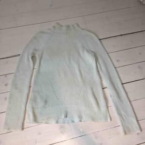 """Ljusljusblå stikad tröja från Gap med polokrage. Smala vita kanter på alla """"muddar"""". Använd kanske 10 gånger, nypris ca 500. Lite smutsig på bilden men ska tvättas, storlek XS men passar även S"""