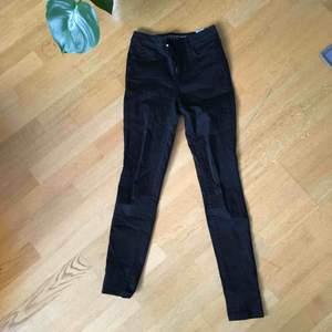 Svarta high-waist jeans från Cubus st. 26. Skinny leg. Lite stretchigt material. Väldigt sköna men för små för mig.