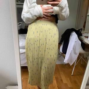 En superfin plisserad kjol från boohoo, som aldrig kommit till användning då den tyvärr är lite för stor för mig.