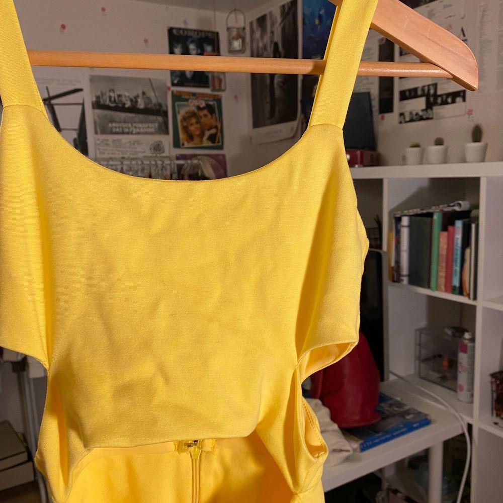 Jätte fin klänning i topp skick med fina cutouts! Aldrig använd, köpt i Singapore för ca 300-400kr. Frakt tillkommer, kan mötas upp i sthlm 🥰. Klänningar.