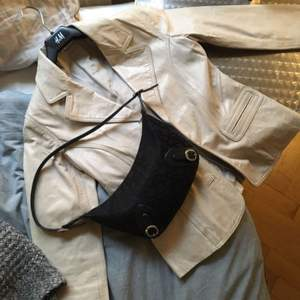 Beige retro skinnjacka köpt på secondhand!  💕Fraktar eller möts upp i centrala Sthlm💕