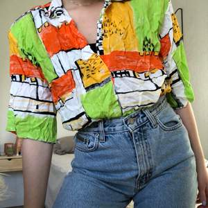 80-tals skjorta med axelvaddar, storlek står ej men hade uppskattat till strl S. Fint skick, Behöver bara strykas 🌼 Kan skickas, köpare står då för frakt 🌼