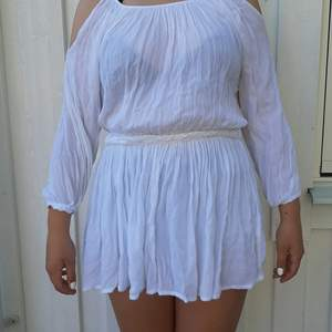 Säljer denna vita klänning. Kommer ifrån Atmosphere och är lite skadad på ena sidan men syns inte. Frakt tillkommer 🥰❤