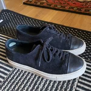 Superfina sneakers i mocka och kalvskinn från Axel Arigato. Inköpta för 2300kr.