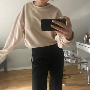 säljer denna helt oanvända tröjan från weekday med prislapp kvar🤩frakt tillkommer