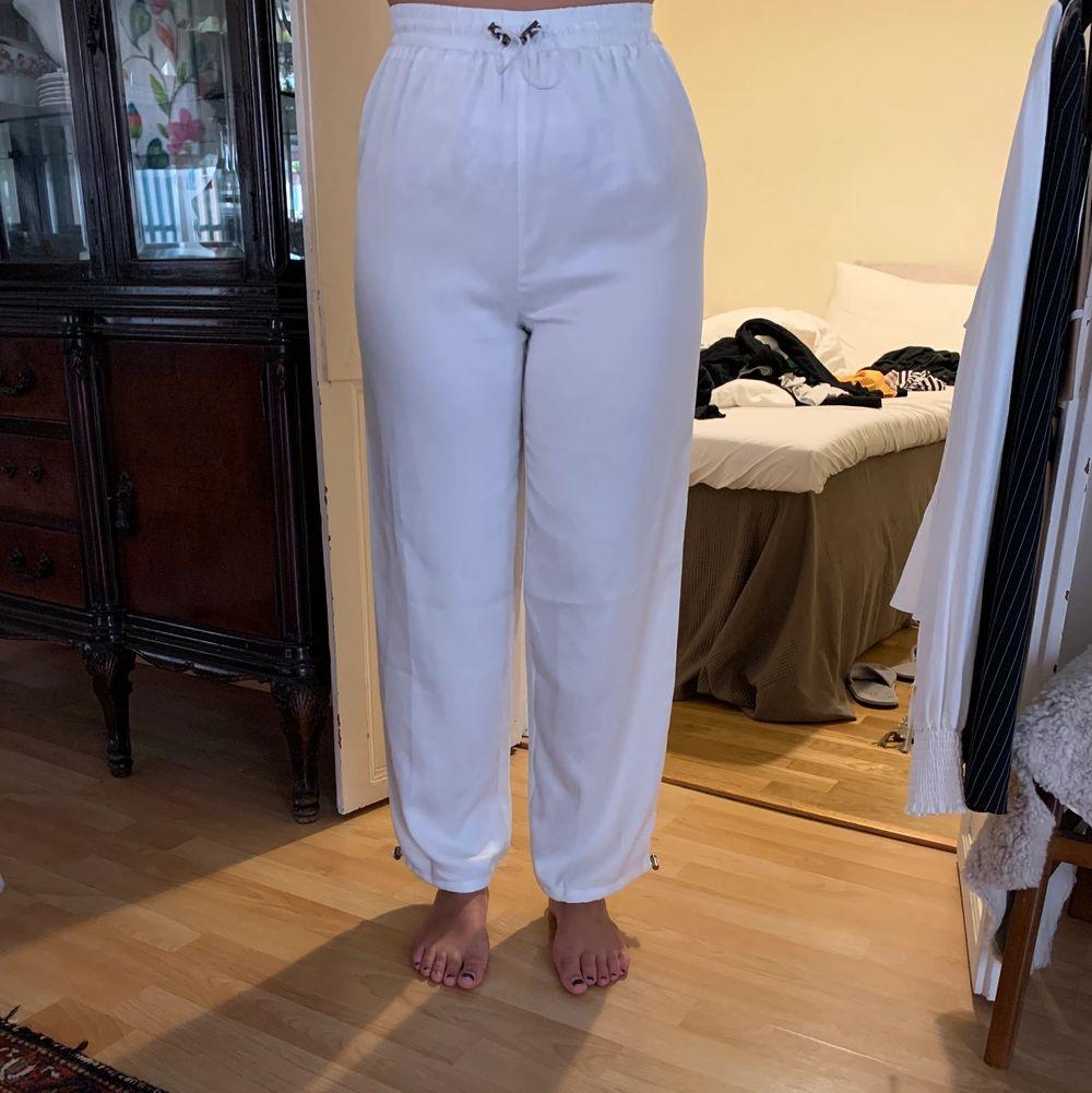Silkesbyxor med dragsko i midja och vid anklarna 🌸  eventuell frakt står köparen för. Jeans & Byxor.