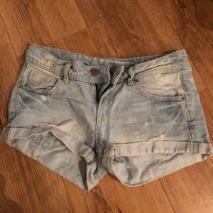 Jeans shorts från h&m i stl 34. Säljer dom för att jag köpte dom i fel storlek och är därför oanvända. 100kr. Frakt tillkommer💓