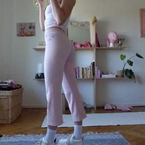 """Rosa mjukisbyxor från juicy couture! Perfekt passform storlek xs-s. Hjärta med """"juicy"""" i strass! Möter upp vid stigbergstorget/gbg, eller så står köparen för frakt, 44kr."""
