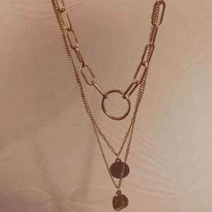 JÄTTE FINT halsband. Aldrig använt. Inga skavanker  finaste halsbandet jag ägt typ, säljer för att jag har 3 stycken likadana 😅 (fick present) snyggt till alla outfits.
