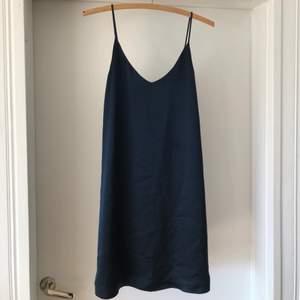 Mörkblå sidenklänning från SamsoeSamsoe. Helt perfekt till hela sommaren. Mycket fint skick då använd fåtal gånger. Köparen står för frakt.
