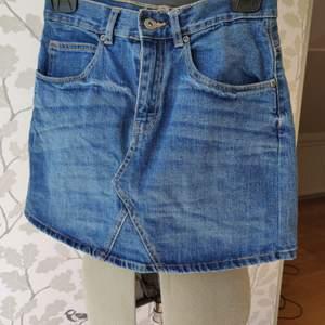 Blå jeanskjol från Ullared, i princip oanvänd, väldigt bra skick, storlek 36. 100kr+frakt