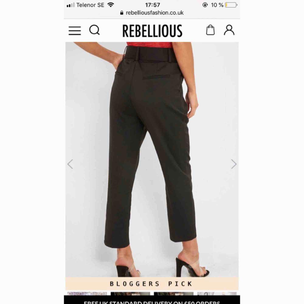 Super fina kostymbyxor med ett bälte! Helt ny & oanvända! Säljs då det köptes fel storlek. . Jeans & Byxor.