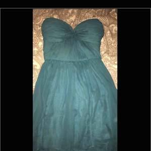En klänning som är perfekt för balen eller andra festliga ändamål.