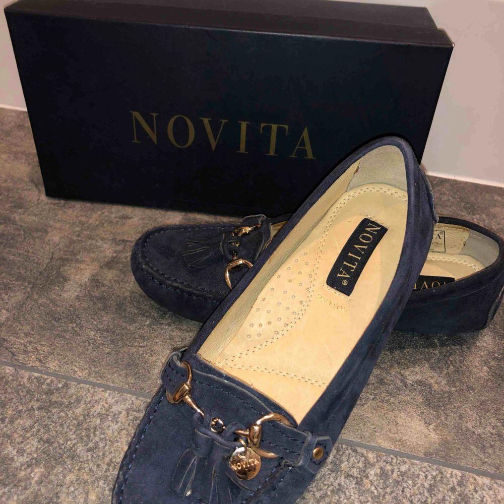 Säljer ett par loafers från Novita. Köptes 2016 till min konfirmation och används endast den gången, alltså i fint skick.     Nypris 899kr säljer ju för 350 kr. Skor.