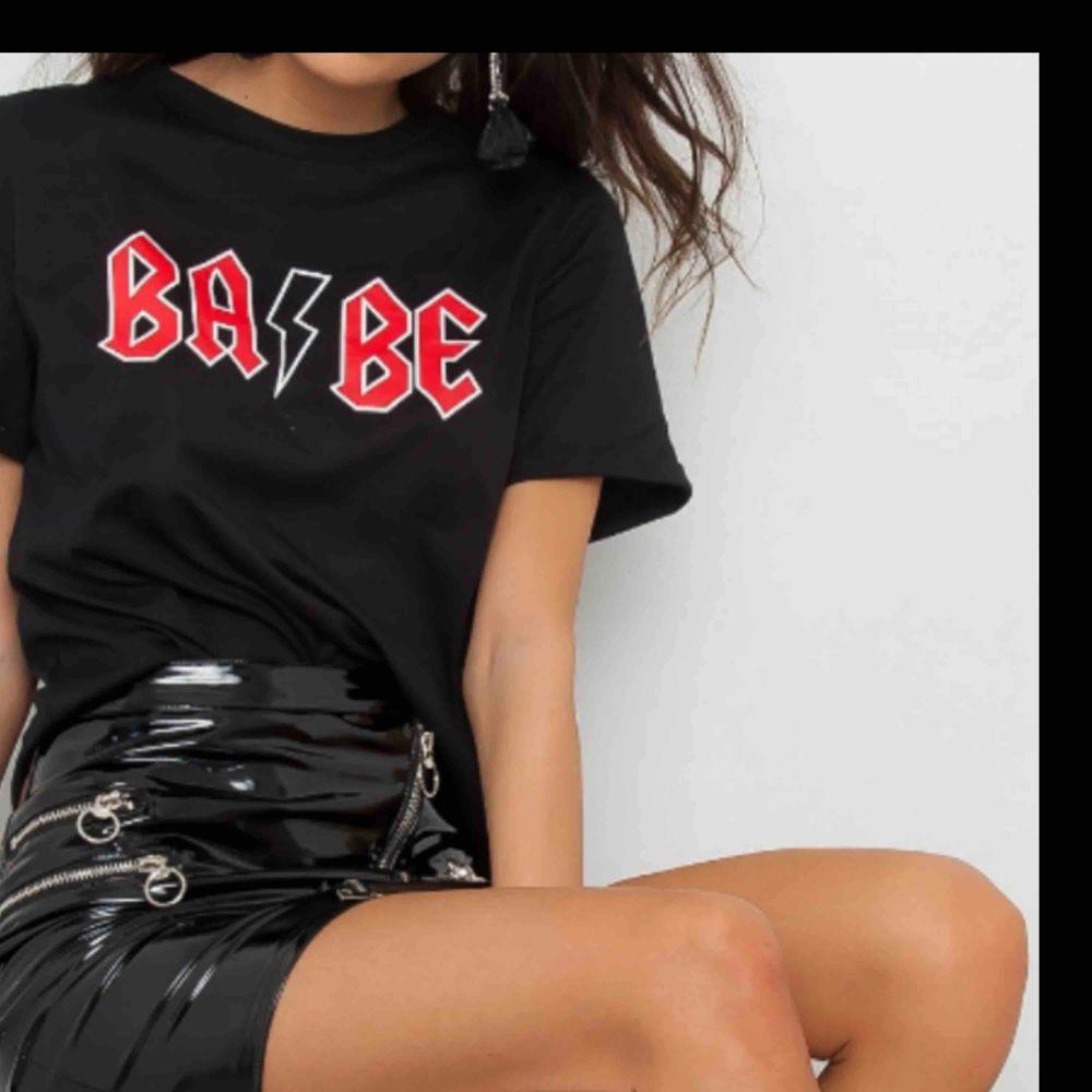 Babe t-shirt från JFR. Helt ny och oanvänd!. T-shirts.