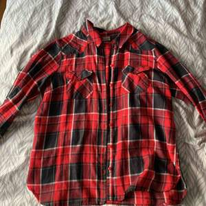 It's suits the small and the Medium size it's a classic red  shirt
