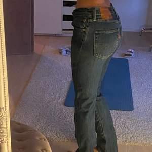 Mörkblå low vintage Levis jeans. Modell 501. W: 28 L:32. Säljer även mina ljusblå i low waisted Levis jeans i 501. W: 30 L: 34. Köparen står för frakten ❤️