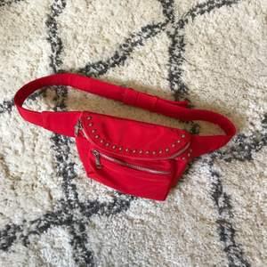 Röd bumbag ifrån Forever21! Super cool pch funkar till mycket! För att lägga till lite cool färg! Köparen står för frakt.