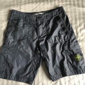 -Helt nya Stone Island Seersucker Shorts (aldrig använda) -Prislappen på -W32 -Marinblå -Självklart autentiska (Nypris 2800 kr)