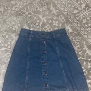 jeanskjol köpt på h&m för gansk så väldigt länge sen. har bara använt den ca 4 gånger tho. liten i midjan och inte stretchig, ganska kort på mig som är 1,76