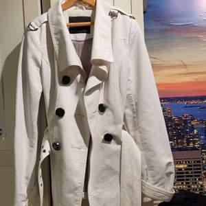 Vit kappa från Zara, skitsnygg och liknar Burberry.