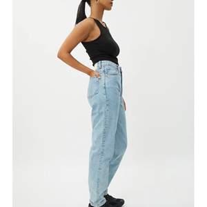 Blå fina jeans från weekday i väldig bra skick! Skulle säga att dom sitter som en s/m i storleken
