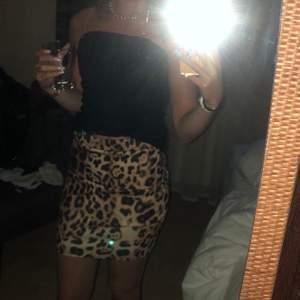 Leopardkjol i från Nelly.com i storlek S, men skulle nog säga att den även passar xs. 50kr+frakt