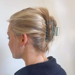 Transparant hårklämmor i blått.⚡️