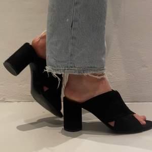 Säljer mina snygga klackar ifrån &otherstories! Passar asbra till nedklätt samt uppklätt. Mocca material på skorna och jätte sköna att gå i (använda en gång) skriv ifall du är intresserad! Kan mötas upp annars står köparen för frakt 🙏🏽😊