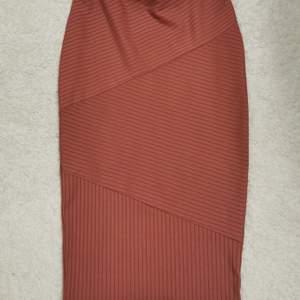 Snygg ribbad kjol, figursydd. Storlek 34 men passar mig som är 36 för den är stretchig