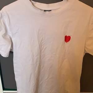 En tröja från mister tee med tryck. Strl: S-L pris: 50kr+frakt