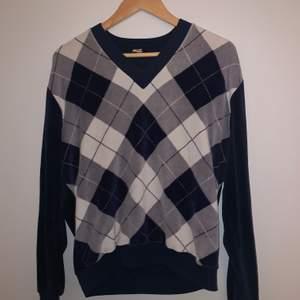 """En jättefin """"farfars"""" tröja som är jätte populär nu! Jätte skönt material och lite oversized! Jättebra skick!👍🏼"""