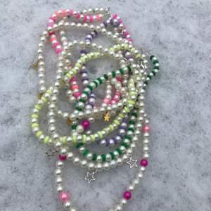 Pärlhalsband i olika färger och berlocker💖 alla halsband kostar 45kr + 12kr frakt💖 ni kan önska fler färger eller kombinationer💖