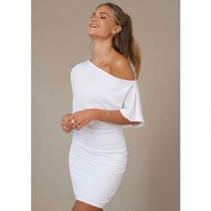 Superfin vit klänning ifrån Nakd, tror att den är slutsåld på hemsidan. Använd endast en gång😊