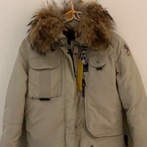 Säljer min parajumper jacka eftersom att jag inte använder den längre. Använt jackan lite vintern 2018, super varm och skön! (Gammal modell) Vill gärna bara få den såld så pris kan diskuteras, köpt för ca 6000kr. Frakt ingår inte i priset🥰