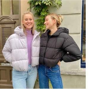 Säljer en endast testad puffer jacket från monki som är väldigt populär och slutsåld!   Om flera är intresserade blir det bud kommentarerna! HÖGSTA BUD: 500kr
