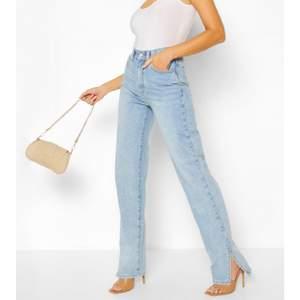 Helt oanvända blåa slit jeans från Bohoo i storlek UK 8, alltså EU 36. Jättefint skick. Säljer för 90kr.