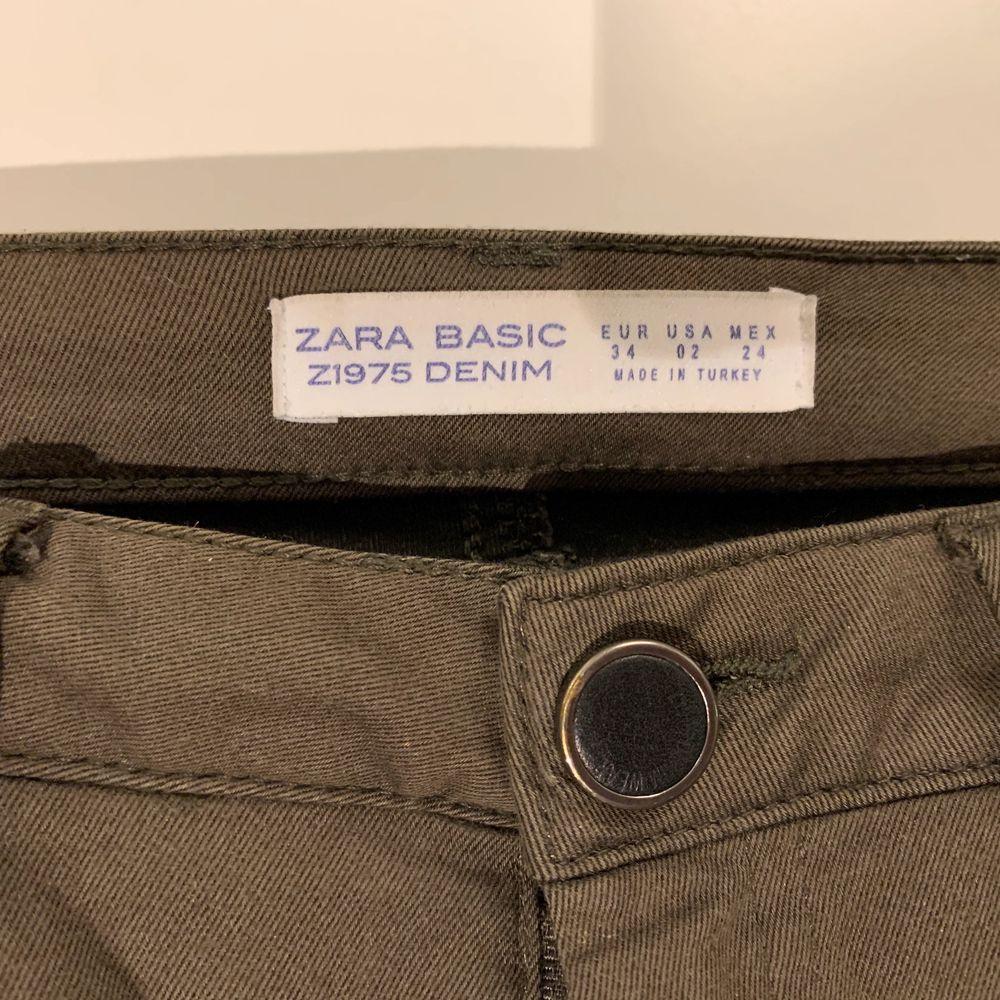 Olivgröna byxor i ganska stretchigt material, är i bra skick och sitter ritkigt bra. Storlek 34 köpta på Zara. Startbud 30kr, köpare står för frakt skickas spårbart 63kr eller möts upp i Malmö . Jeans & Byxor.