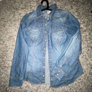 Skit cool jeans skjort jacka som passar till de mesta!💙🪁🍭💎 Väldigt old school🕰. Knappar hela vägen o två fungerande fickor på bröstet💙.         Har använt max 3 gånger men den e som ny!! Köparen står för frakt📦