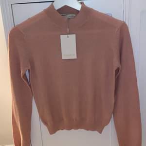 Säljer denna ur söta tröjan från pull&bear! Säljer pågrund av att den inte är min stil längre och endast testad, lapp är kvar som man ser på bilden!🌸 perfekt till våren! Skriv för fler bilder