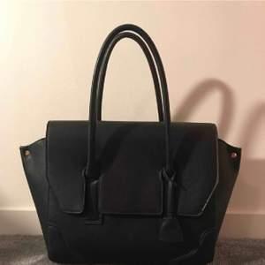 Svart väska från hm. Använd men i väldigt bra skick. Köparen står för frakten.