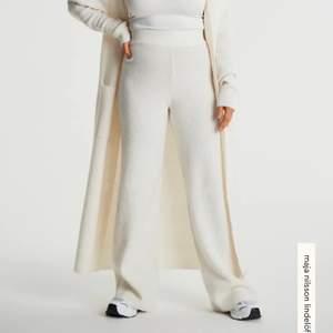 Säljer dessa helt nya stickade byxor från Gina tricot, prislappar kvar. Nypris är 549kr. Frakt tillkommer