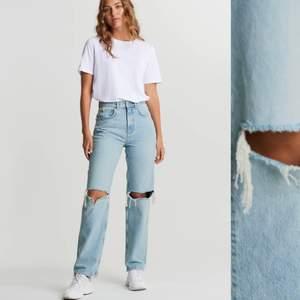 Säljer mina Gina jeans i strl 32!! Såå bra skick och välskötta! Säljer pga lite små för mig