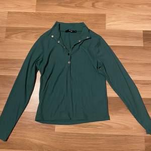 Säljer denna ribbade tröja i strl M från bikbok. Den är i jätte bra skick. Undrar man över något så är det bara att kontakta mig.