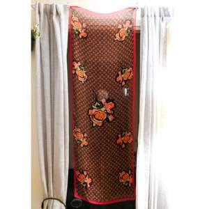 Vacker halsduk Louis Vuitton Red Roses i samarbete med graffitikonstnären Stephen Sprouse! Den har några tecken på slitage, men den är i bra begagnat skick. Replika, men otroligt fin och unik.  180x62 cm //// Priset kan diskuteras! 😊💌