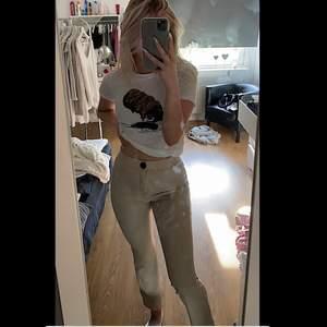 Säljer dessa jättesnygga beige skinbyxorna från Zara. Dom ska va kortare i benen i modellen. Säljer pga att dom är för små. Hämtas i Linköping eller står köparen för frakt 💖