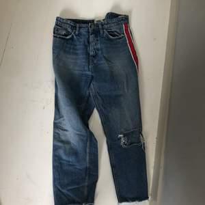 """Dessa jeans har blivit tvättade i för hög temperatur och har krympt, de sitter dom """"de ska"""" på en 36. Strl är dock 42, men som sagt är de krympta. Nypris=400 kr. Säljes för 90 kr. Köparen står för frakten!😊"""