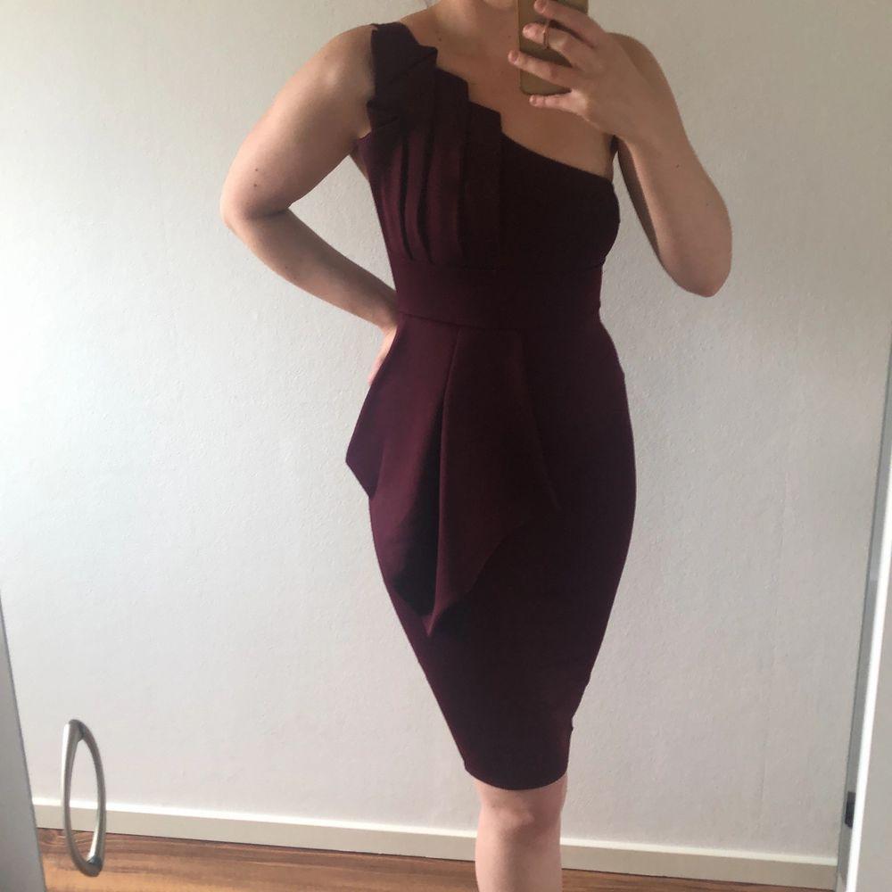 Storlek 36, endast använd vid ett tillfälle. Klänningen är plommonröd (se tredje bilden) för mer rättvis färg. . Klänningar.