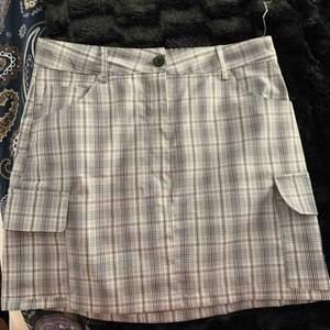 Oanvänd kort kjol köpt i Tyskland på subdued som är för liten för mig. Sitter mer som en S. Frakt 42kr :)