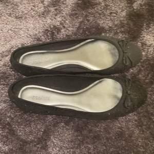 Säljer mina söta svarta glittriga ballerinaskor som jag inte använder längre. Köparen står för frakt eller så kan vi mötas upp.